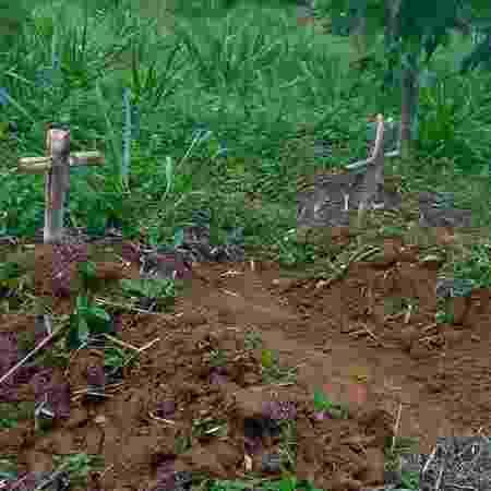 Cruzes e túmulos falsos que o casal de trabalhadores rurais Osvalinda Maria Pereira e Daniel Pereira afirmam ter encontrado nos fundos de seu quintal como ameaça de morte no assentamento em Trairão, no Pará - Walter Guimarães - Walter Guimarães