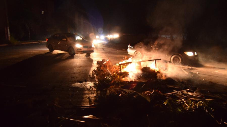 6.nov.2020 - Moradores protestam ateando fogo em entulho em rua de Macapá, no quarto dia de apagão na cidade - GABRIEL PENHA/PHOTOPRESS/ESTADÃO CONTEÚDO