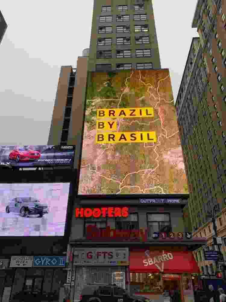 Painel com campanha do governo brasileiro em esquina na região da Penn Station, em Nova York - Reprodução/Twitter - Reprodução/Twitter
