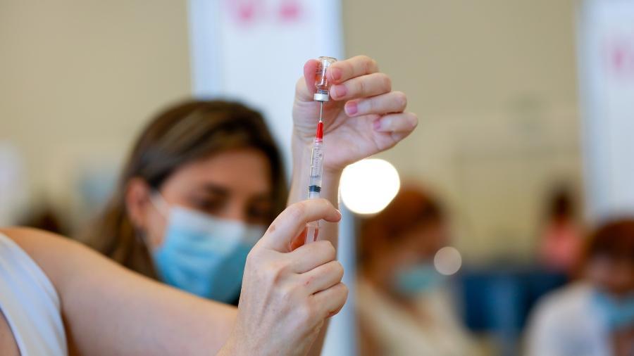 Profissionais de saúde do Hospital das Clínicas de SP são vacinados com a vacina CoronaVac - Marcelo Justo/UOL