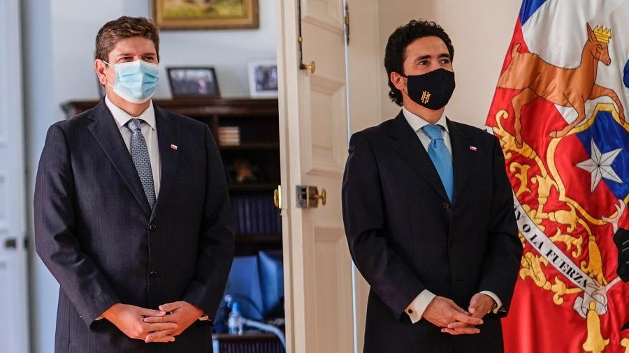 26.jan.2021 - Rodrigo Cerda (esq) assume o ministério das Finanças do Chile no lugar de Igancio Briones (dir) - Sebastian Rodriguez/Presidência Chilena/ AFP
