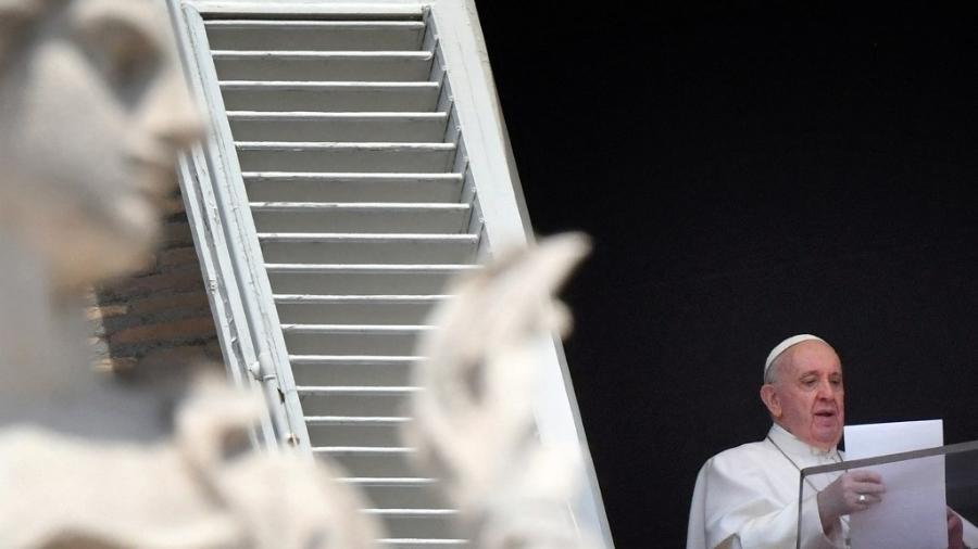 O papa Francisco fala a fiéis na praça de São Pedro, no Vaticano - Alberto Pizzoli/AFP
