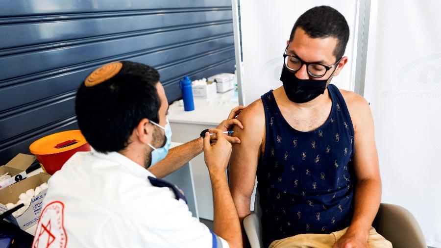 Israelense recebe dose de reforço de vacina contra a covid em Tel Aviv, Israel - Amir Cohen/Reuters