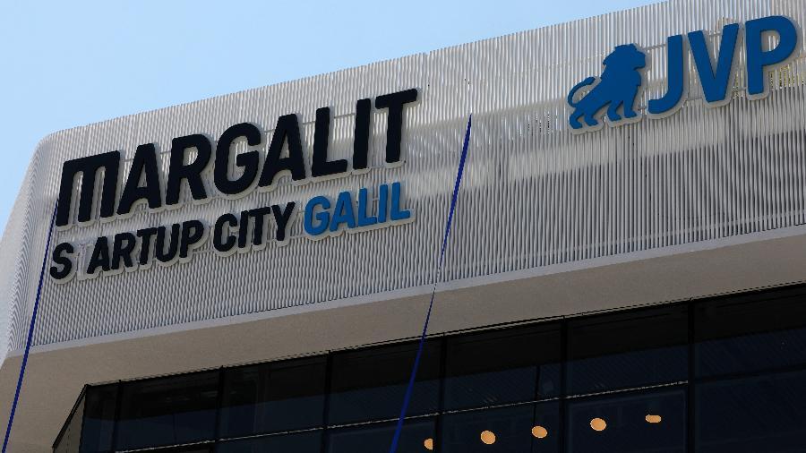 """Logo da Margalit Startup Ccity Galil, centro de inovação focada na """"revolução alimentar"""" em Israel - Jalaa Marey/AFP"""