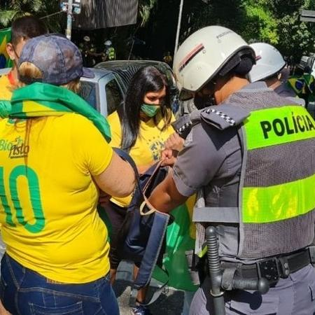 Policial militar revista mochila de manifestantes a favor do governo federal em São Paulo - Divulgação