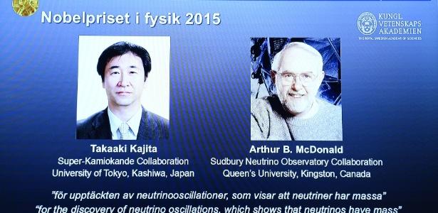Fotos dos vencedores do Nobel de Física 2015 Takaaki Kajita (esq.) e Arthur B. McDonald são exibidos durante anúncio na Academia Real Sueca de Ciências, em Estocolmo - Jonathan Nackstrand/ AFP
