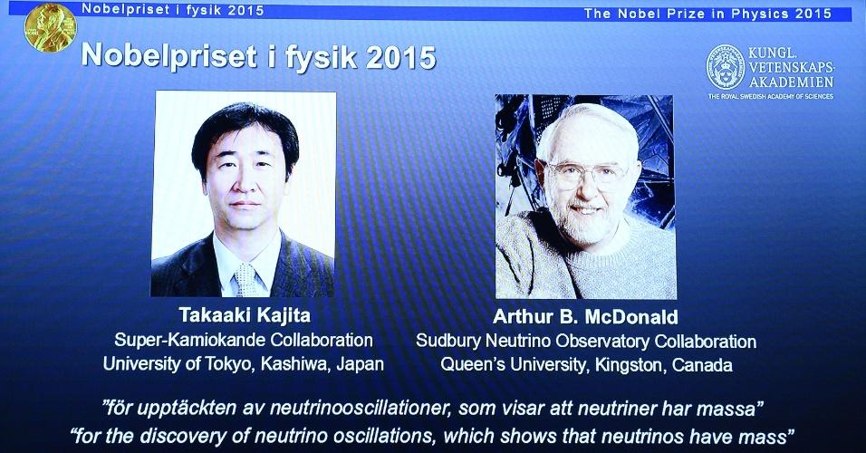 6.out.2015 - Fotos dos vencedores do Nobel de Física 2015 Takaaki Kajita (esq.) e Arthur B. McDonald são exibidos durante anúncio na Academia Real Sueca de Ciências, em Estocolmo, Suécia