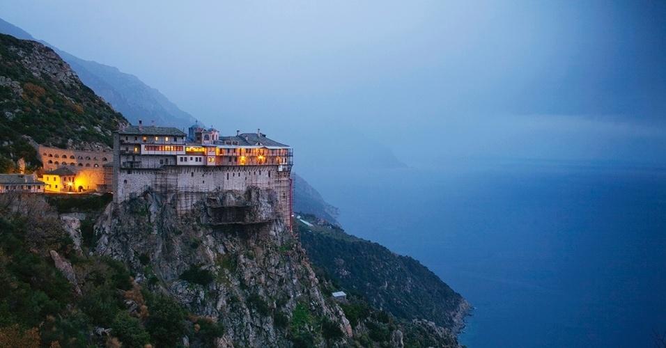 11.nov.2015 -  Reduto de reclusos, o monastério de Simonos Petras foi fundado em 1257, mais 250 m acima do mar Egeu. É um dos 20 monastérios do íngreme monte Athos, na Grécia, um popular destino de peregrinação, chamado muitas vezes de Tibete cristão