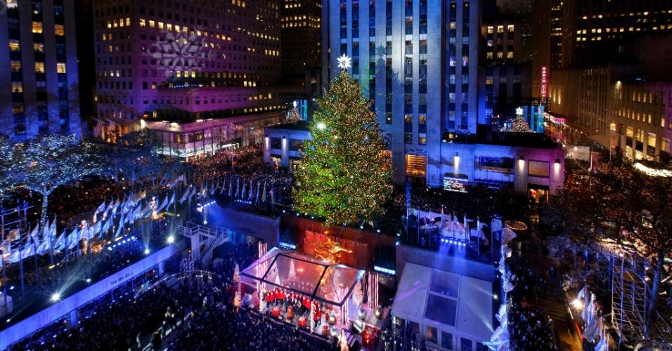 3.dez.2015 - A tradicional árvore de natal do Rockefeller Center, em Nova York, é iluminada nesta madrugada (horário de Brasília). 45 mil lâmpadas de led iluminam a árvore de 24 metros de altura, que ficará decorada até o dia 7 de janeiro, em uma cerimônia que é realizada há 83 anos