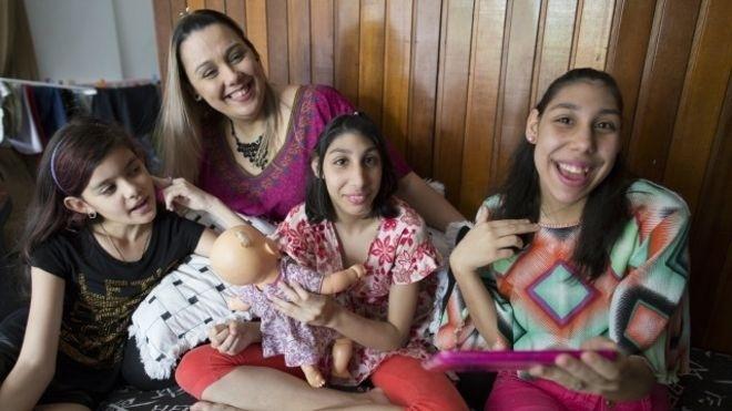 12.jan.2016 - Mãe de adolescentes com microcefalia ajuda nova geração a desafiar limites. Problemas genéticos causaram má-formação em duas filhas de Viviane Lima, que hoje são adolescentes