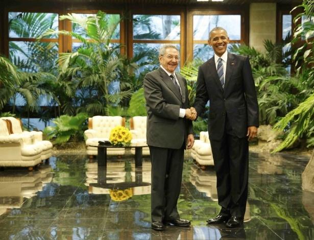 Raúl Castro (à esquerda), líder cubano, se encontra com o presidente dos EUA, Barack Obama, em Havana, no segundo dia da visita oficial do norte-americano ao país