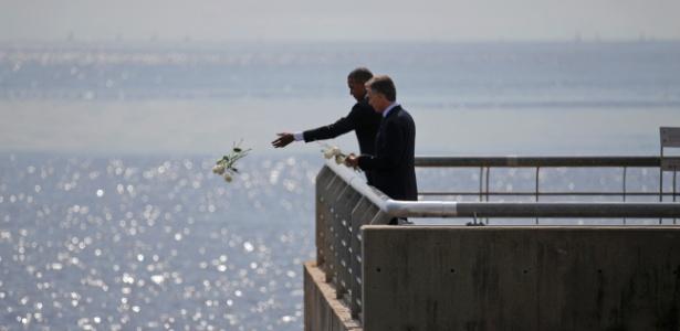 O presidente dos EUA, Barack Obama, joga flores no rio da Prata, enquanto visita com o presidente argentino, Mauricio Macri, o Parque da Memoria, em homenagem às vítimas da ditadura argentina no aniversário de 40 anos do golpe militar no país - Carlos Barria/Reuters