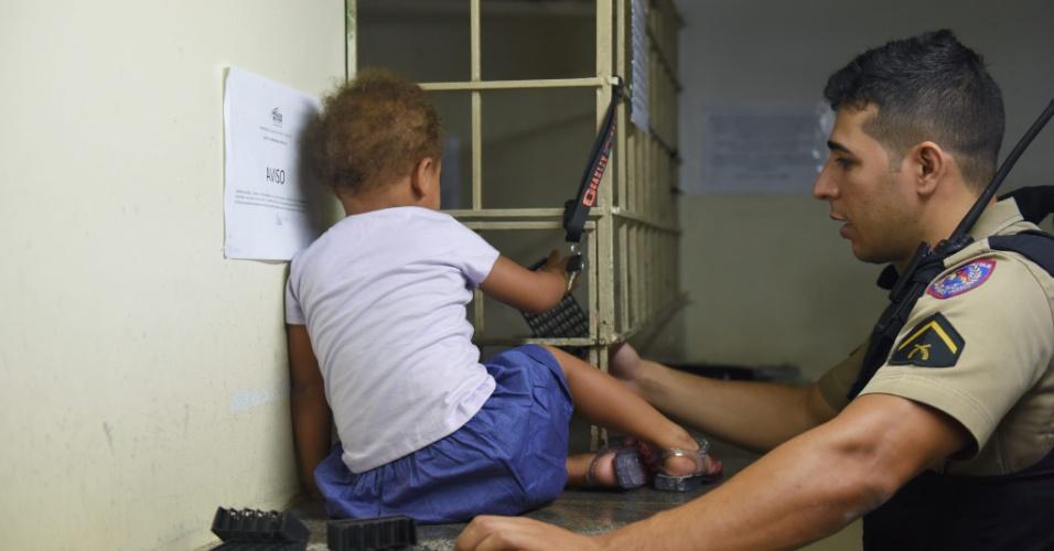 31.mar.2016 - Uma menina de 2 anos teria sido deixada pela mãe entre moradores de rua, no centro de Belo Horizonte, durante a madrugada. A menina foi encontrada por policiais militares, após uma denúncia, dormindo entre o grupo de 11 pessoas (dez homens e uma mulher). Ela será encaminhada para o Conselho Tutelar. A mãe da menina, que ainda não foi localizada, poderá ser presa por abandono de incapaz