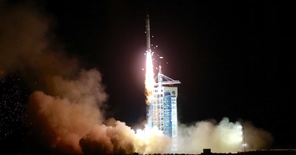 6.abr.2016 - Propulsado por foguetes Longa Marcha 2D, o programa espacial da China lança o satélite de pesquisa científica SJ-10, da base de lançamento de Jiuquan, no Deserto de Gobi, no noroeste do país. O satélite conduzirá experimentos no espaço e está programado para retornar ao planeta Terra para que seus resultados sejam analisados posteriormente