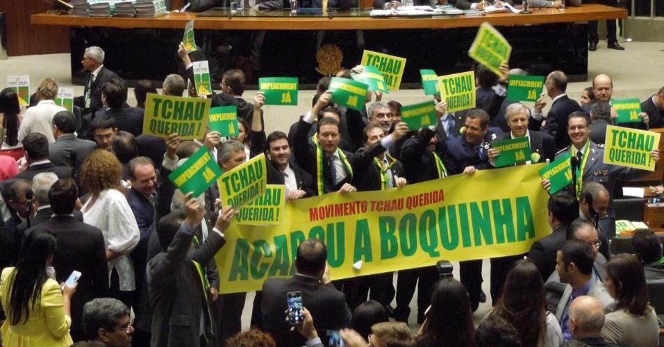 15.abr.2016 - Deputados a favor do processo de impeachment da presidente Dilma Rousseff exibem faixas e cartazes no plenário da Câmara. Os deputados federais começaram hoje a analisar a abertura do processo de impeachment