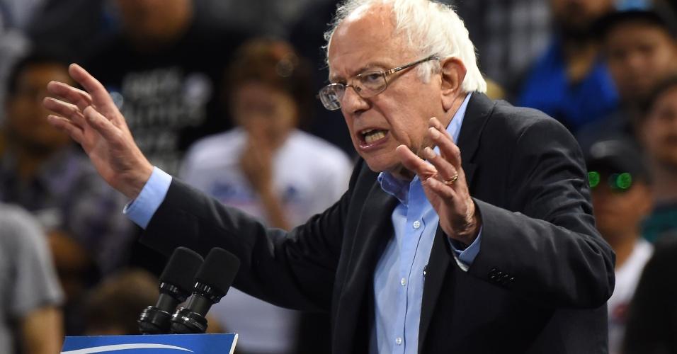 """18.mai.2016 - Bernie Sanders discursa diante de seus apoiadores em comício na Califórnia. Nesta terça-feira (17), o senador por Vermont venceu a primária democrata, na corrida à Casa Branca, realizada no Estado do Oregon. Hillary, por sua vez, foi declarada ganhadora """"extraoficial"""" no Kentucky, já que a vantagem sobre Sanders foi mínima, segundo as projeções da imprensa dos Estados Unidos"""
