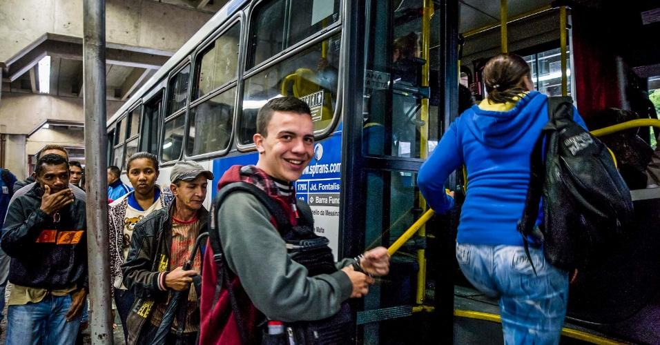 19.mai.2016 - Motoristas e cobradores de ônibus encerram a paralisação no Terminal Barra Funda, em São Paulo, na tarde desta quinta-feira. A paralisação foi iniciada às 14h. A categoria rejeitou em assembleia a proposta feita pelo sindicato das empresas, de 2,31% de reajuste salarial. Eles reivindicam aumento real de 5% no salário, reajuste do tíquete refeição de R$ 19 para R$ 25 e participação nos lucros de R$ 2.000 - o dobro do valor pago no ano passado