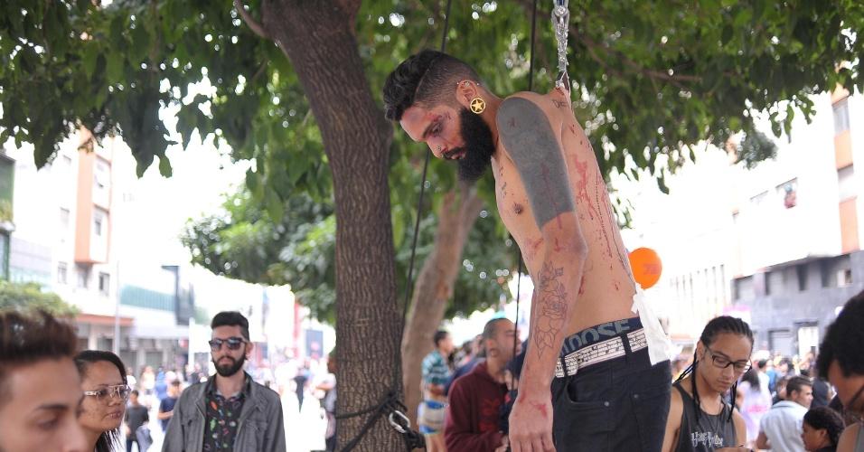 29.mai.2016 - O ator Douglas Alcantara, 26, pendurou-se com ganchos presos à própria pele durante uma performance em protesto contra a homofobia, neste domingo, na 20ª Parada do Orgulho LGBT, em São Paulo