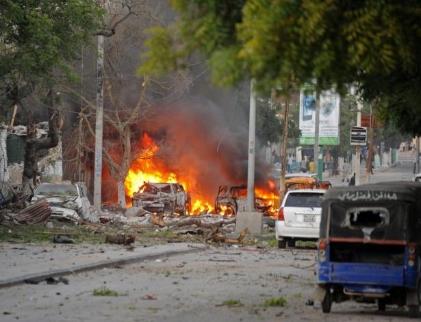 Automóvel fica em chamas após ataque terrorista ao hotel Ambassador, em Mogadício, capital da Somália. O grupo al-Shabaab, ligado à Al Qaeda, assumiu a autoria do atentado