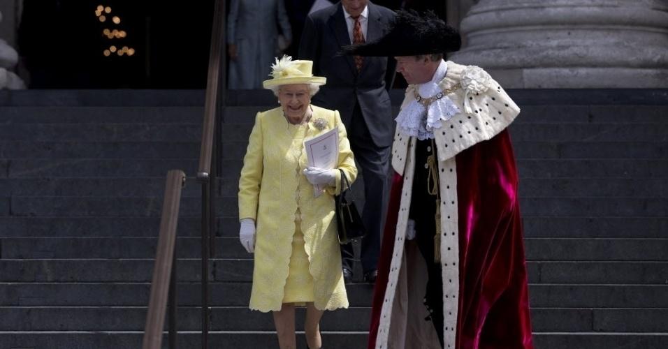 10.jun.2016 - Rainha Elizabeth 2ª participa de serviço religioso na catedral londrina de Saint Paul, ao lado do marido, Philip de Edimburgo. O evento deu início as comemorações dos 90 anos da rainha. A comemoração é dupla, já que o príncipe Philip, celebra seu 95º aniversário nesta sexta-feira