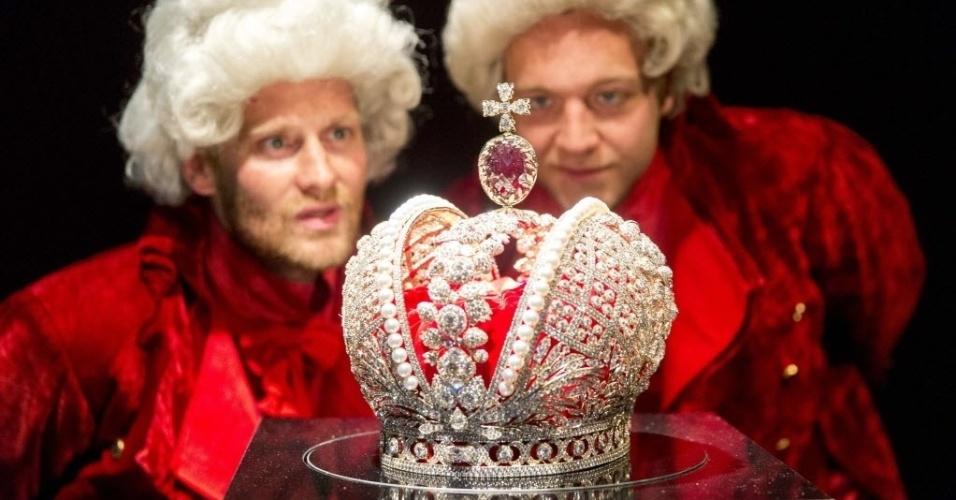 13.jun.2016 - Dois homens com trajes de nobres olham modelo de coroa utilizado por czares do império russo no museu Hermitage em Amsterdam, onde está em cartaz exposição sobre a imperatriz Catarina, a Grande