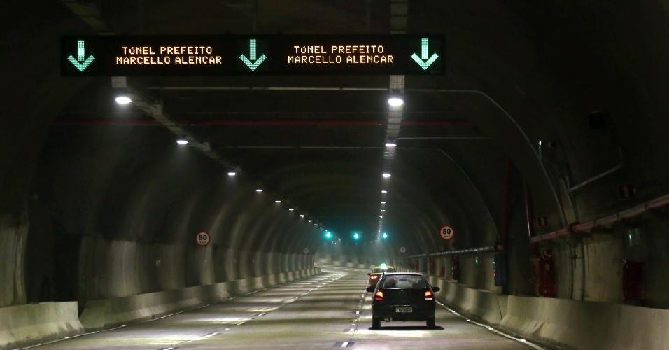 19.jun.2016 - Foi inaugurada a primeira das duas galerias do maior túnel subterrâneo do Brasil, o Túnel Prefeito Marcello Alencar, localizado no Rio de Janeiro. A galeria Continente tem 3.370 metros de extensão e já está em funcionamento no sentido Aterro do Flamengo, na Zona Sul da cidade. Ao todo, o túnel terá 3.382 metros e será integrado à galeria Mar, no sentido Avenida Brasil