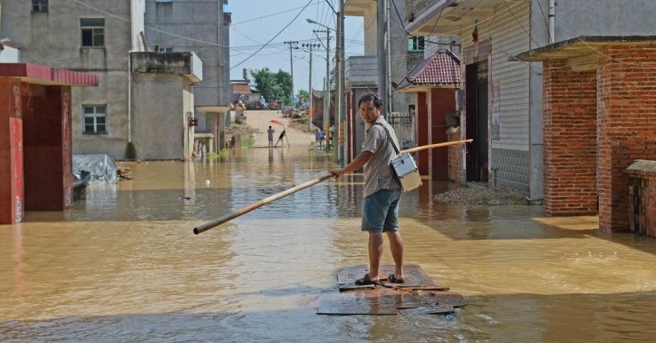 21.jun.2016 - Médico rema sobre uma porta em rua alagada da vila de Xiongjia, em Poyang, na província chinesa de Jiangxi. Os alagamentos causados por fortes chuvas e pela alta do rio Changjiang afetaram cerca de 5.600 pessoas