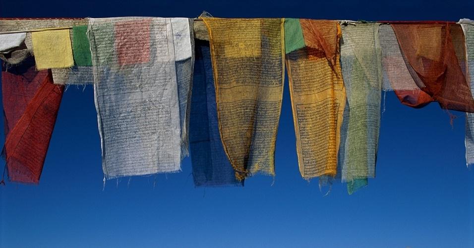 28.jun.2016 - Bandeirolas com orações em Ladakh, Índia. Os tecidos multicoloridos são amarrados em pelo Himalaia e representam bençãos da natureza