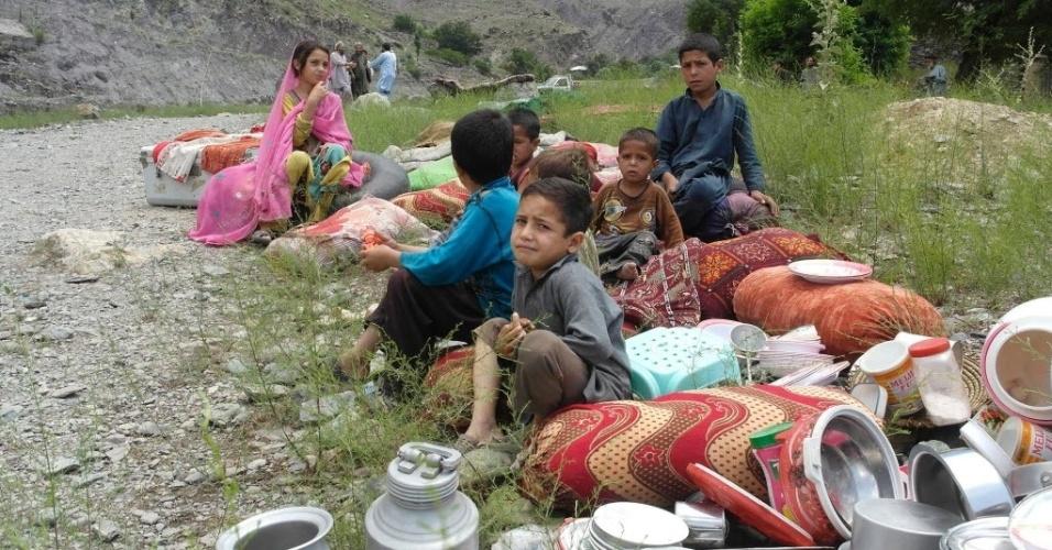 3.jul.2016 - Crianças paquistanesas sentam no chão ao lado de objetos domésticos resgatados após o vilarejo onde moravam ser alagado. A forte chuva que atingiu a região de Chitral (Paquistão) na madrugada de domingo deixou, ao menos, 43 mortos, a maioria habitantes de vilarejos distantes que nãoreceberam o alerta de evacuação