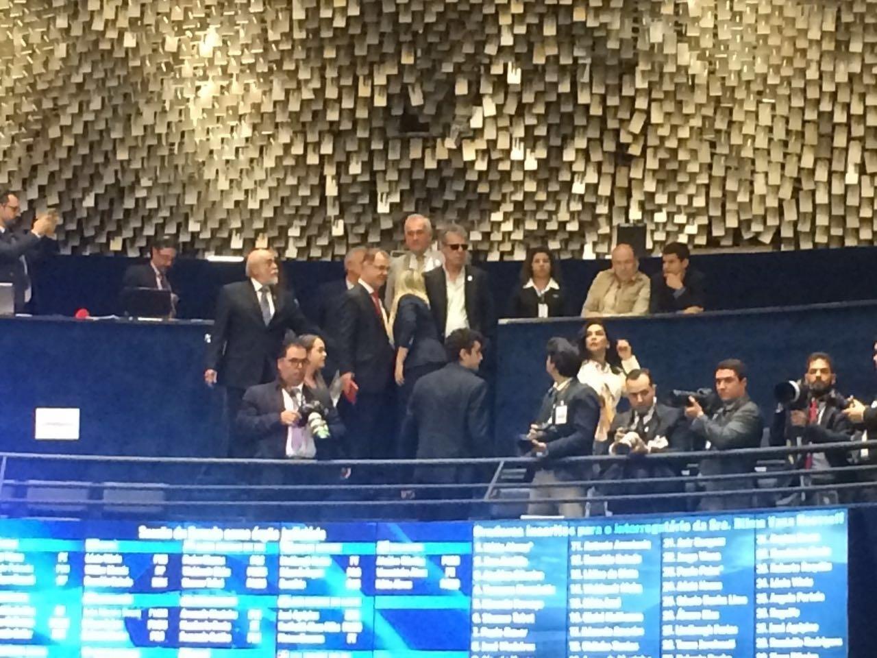 29.ago.2016 - O cantor Chico Buarque chega ao plenário do Senado, onde acontece a defesa da presidente afastada, Dilma Rousseff, contra o processo de impeachment. Chico foi convidado por Dilma a participar da sessão