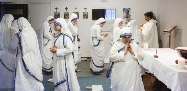 Religiosas da congregação Missionárias da Caridade participam de comunhão em Roma