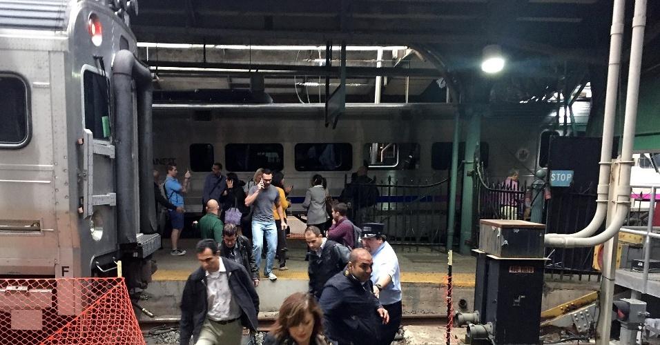 29.set.2016 - Passageiros deixam a estação em Hoboken, em Nova Jersey, após acidente de trem