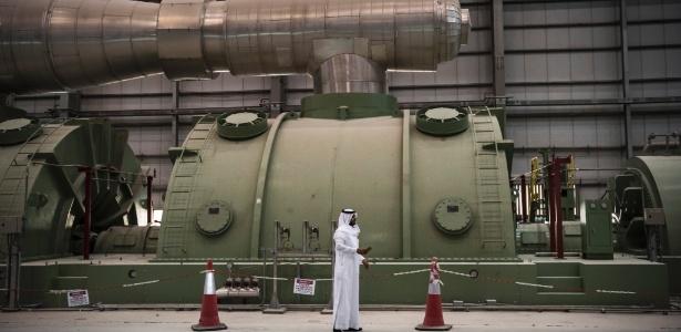 Sala da turbina em uma usina de energia, que queima petróleo cru para produzir eletricidade, na Arábia Saudita