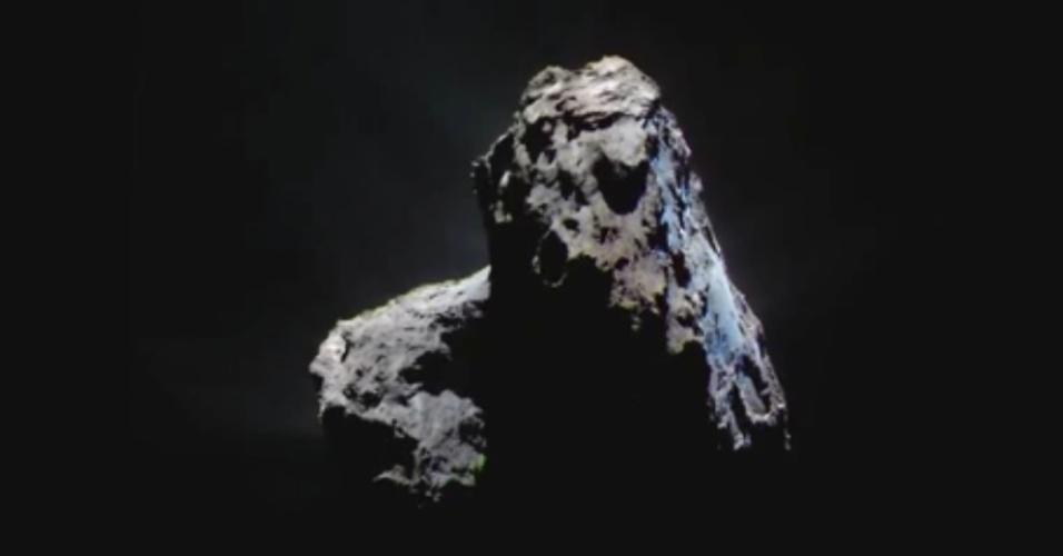 ROSETTA FLAGRA GELO EM COMETA - No último ano, a sonda Rosetta flagrou gelo de dióxido de carbono do tamanho de um campo de futebol no cometa que acompanhava, algo nunca antes visto por cientistas em um cometa. Este fenômeno foi seguido pela aparição de dois grandes fragmentos de gelo de água, ambos maiores do que uma piscina olímpica e bem maiores do que quaisquer gelos já vistos em cometas. As três áreas com gelo estavam no hemisfério sul do cometa 67P/Churyumov?Gerasimenko. É a primeira vez que dióxido de carbono congelado é visto em um cometa, apesar de não ser incomum no Sistema Solar - é abundante nos polos de Marte, por exemplo