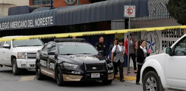 Pessoas deixam o Colegio Americano do Noroeste após estudante abrir fogo, em Monterrey, no México