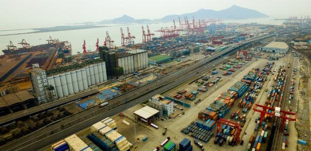 Imagem aérea de terminal no porto Lianyungang, na província Jiangsu, na China