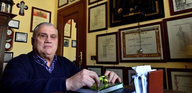 Luciano Baietti, 70, posa para foto no quarto onde guarda todos os seus diplomas, em Velletri, no sul de Roma (Itália)