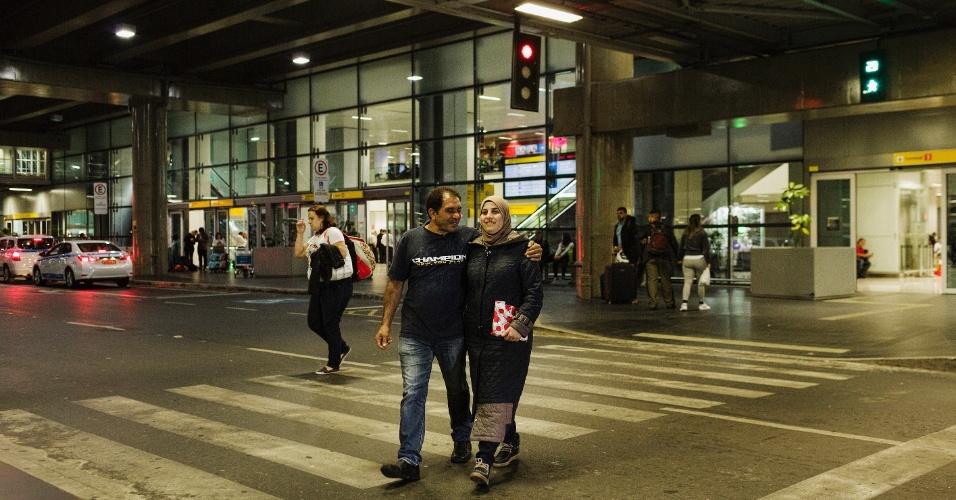 13.mar.2017 - O refugiado sírio Adnan Alkhaled e a mulher, Bassema, após chegada de sua família ao Brasil no aeroporto de Cumbica