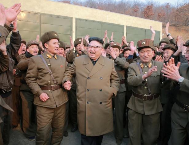 Kim Jong-un comemora em meio a militares teste de um motor de foguete
