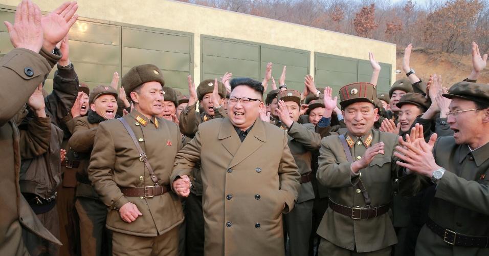 19.mar.2017 - Líder norte-coreano Kim Jong-un comemora em meio a militares após supervisionar teste de um motor de foguete