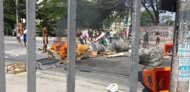 Moradores fecham avenida com barricadas em protesto contra operação da polícia - Reprodução/Facebook