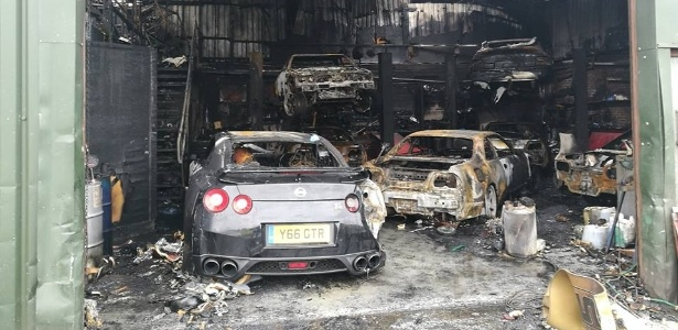 Carros ficam destruídos após oficina de carros de luxo pegar fogo na Inglaterra
