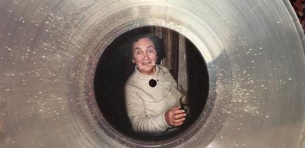 Há cerca de uma colher de chá de cinzas no vinil em memória de Madge Hobson