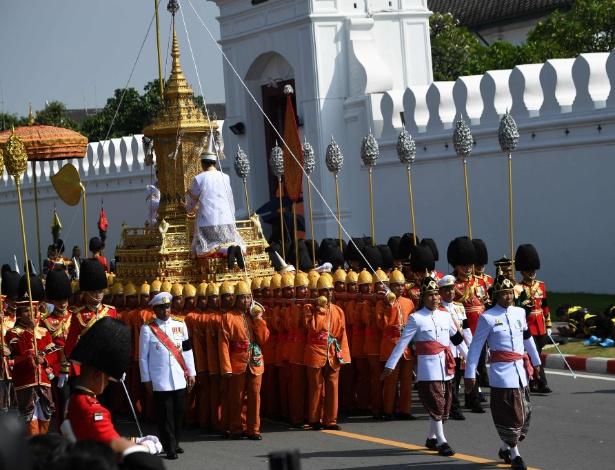 Urna real é transportada durante cortejo fúnebre do rei Bhumibol Adulyadej nesta 5ª