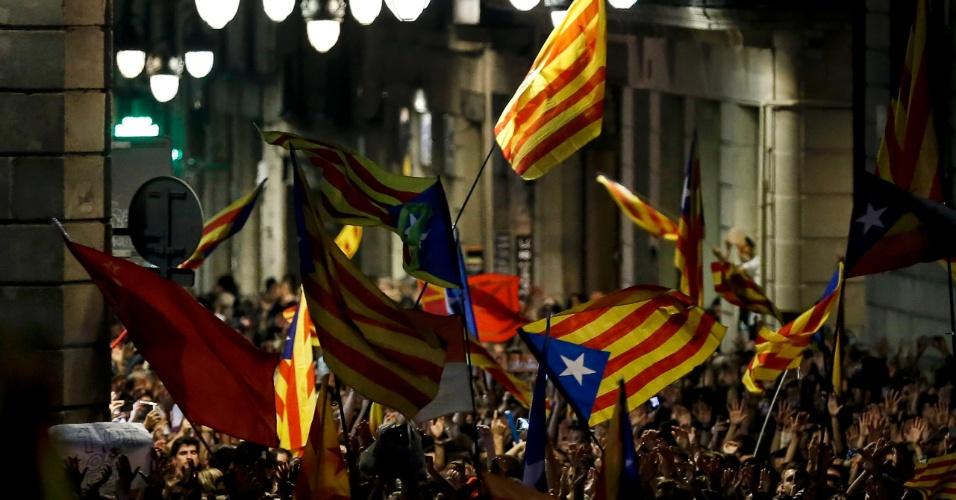 27.out.2017 - Pessoas se reúnem em frente ao palácio 'Generalitat', na praça Sant Jaume, para comemorar a proclamação da república catalã, em Barcelona