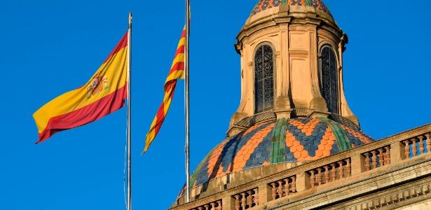 30.out.2017 - Bandeiras da Espanha e da Catalunha estão hasteadas no palácio Generalitat, sede do governo catalão, em Barcelona - Lluis Gene/ AFP