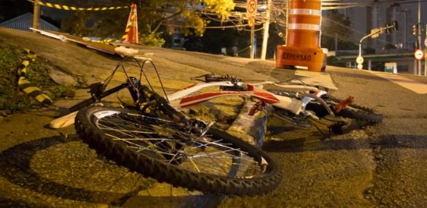 Bicicleta ficou retorcida após ser atingida por ônibus