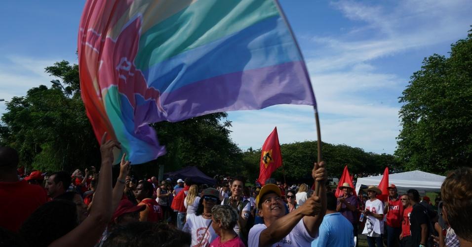 Manifestantes pró-Lula aguardam resultado do julgamento no TRF-4 em torno do Anfiteatro Pôr do Sol no Guaíba, em Porto Alegre