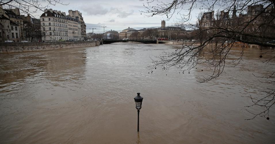 24.jan.2018 - Enchente no rio Sena deixa autoridades em alerta