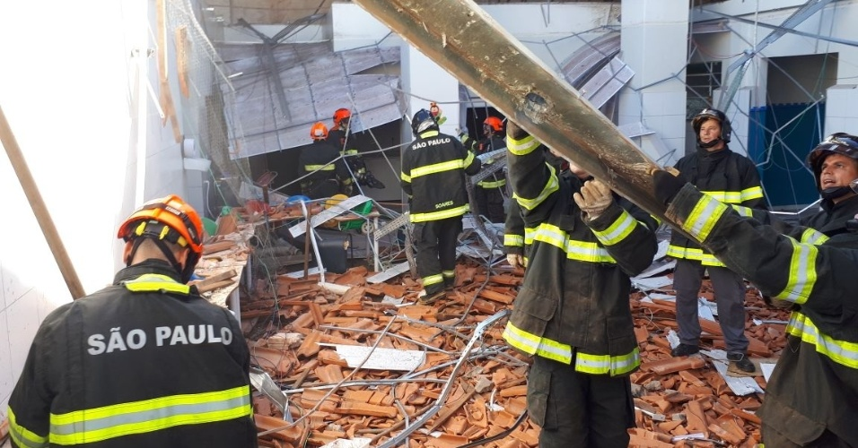 Bombeiros fazem buscas por feridos após teto desabar em escola municipal em Agudos (SP)